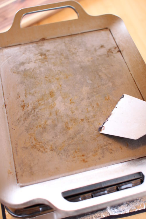 MMFactoryの極厚鉄板は使用後にヘラで汚れを落とすとそれだけでここまで綺麗になります