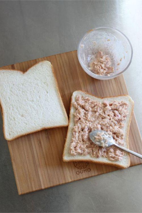 QUMOのまな板小でも食パン2枚乗せられるサイズ感